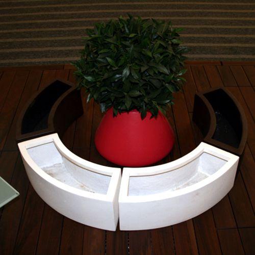 macetas jardineras curvas de fibra de vidrio en hilera