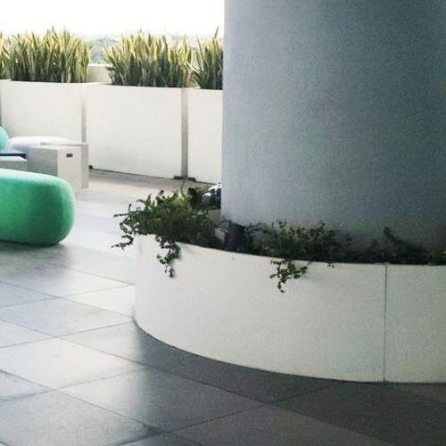 Jardineras curvas macetas de fibra de vidrio fiberland - Macetas minimalistas ...