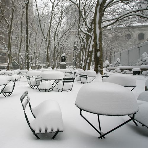 Aguantando la nieva las mesas Tertio en NYC